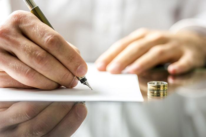 Assinando papel de divorcio