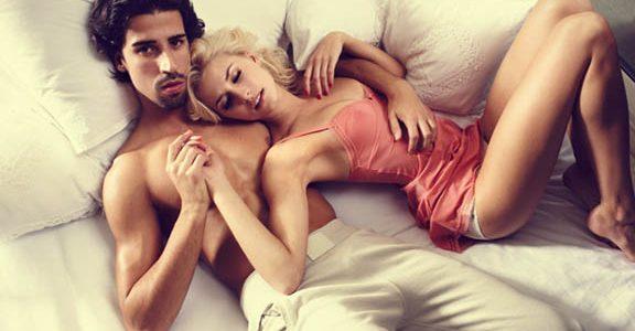 ator porno na cama com gostosa