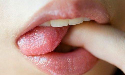Dedinho e lingua sexy na boca de mulher
