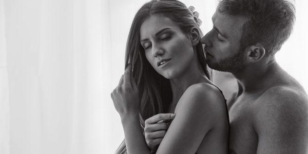 Homem sussurrando no ouvido da namorada falando sacanagem